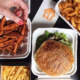 Burger und Süßkartoffelfries